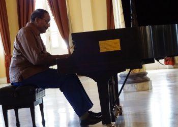 El pianista cubano Huberal Herrera, activo a sus 90 años. Foto: hoyendelaware.com