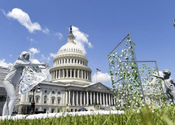 """Una muestra artística, consistente de una madre que intenta alcanzar a su hijo, es exhibida afuera del Capitolio, en Washington, el martes 7 de mayo de 2019, para conmemorar el primer aniversario de la política de """"cero tolerancia"""" del gobierno del presidente Donald Trump para la separación de familias de inmigrantes. Foto: Susan Walsh / AP."""