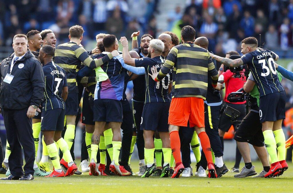 Jugadores del Manchester City festejan al final de la victoria sobre Brighton que les aseguró el título de la Liga Premier inglesa, en el Estadio AMEX de Brighton, Inglaterra, el domingo 12 de mayo de 2019. (AP Foto/Frank Augstein)