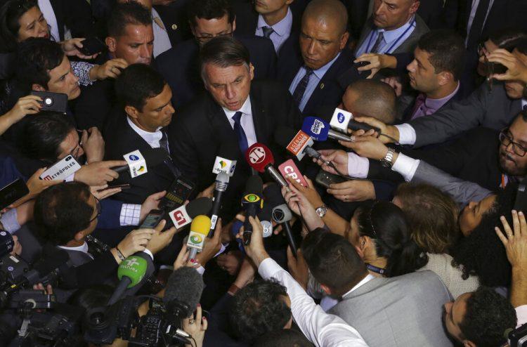 El presidente de Brasil Jair Bolsonaro habla con la prensa después de aprobar un segundo decreto que elimina ciertas restricciones de posesión de armas de fuego en el palacio presidencial Planalto en Brasilia, Brasil, el martes 7 de mayo de 2019. (AP Foto/Eraldo Peres)