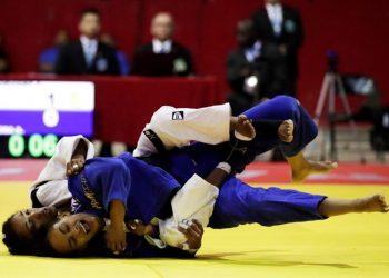 La judoca cubana Anailys Dorvigny (i) se enfrenta a la dominicana Ana Rosa (d) en la categoría -57kg este sábado, durante la Copa Panamericana de Judo 2019 en la arena Roberto Durán en ciudad de Panamá. Foto: Bienvenido Velasco.