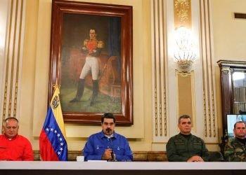 El presidente de Venezuela, Nicolás Maduro, junto a su ministro de Defensa, Vladimir Padrino (2d), y el presidente de la Asamblea Nacional Constituyente de Venezuela, Diosdado Cabello (i), durante una alocución trasmitida en cadena de radio y televisión el 30 de abril de 2019, en Caracas. Foto: Prensa Miraflores / EFE.