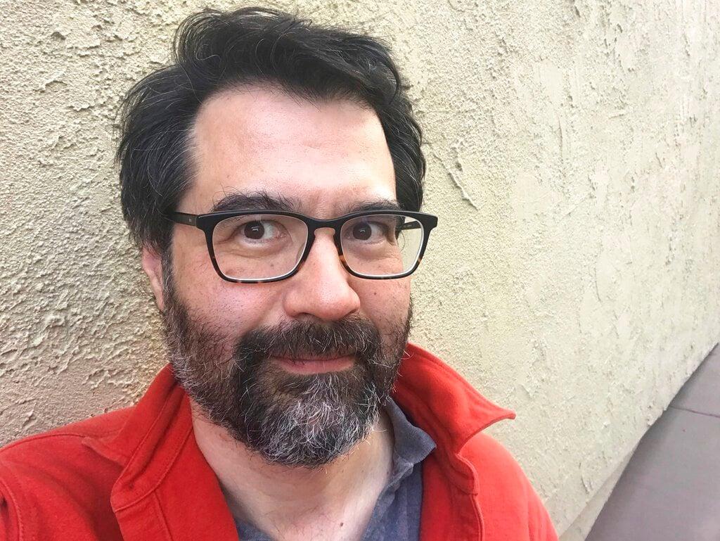 """Greg Pak, uno de los coautores de """"Agents of Atlas"""" de Marvel Comics, en un autorretrato sin fecha proporcionado por él. Foto: Greg Pak vía AP."""
