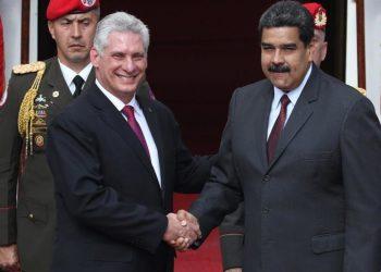 Los presidentes de Cuba y Venezuela, Miguel Díaz-Canel y Nicolás Maduro, se saludan durante la visita oficial del mandatario de la Isla al país sudamericano, en junio de 2018. Foto: Miguel Gutiérrez / EFE / Archivo.