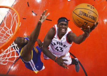 Pascal Siakam, de los Raptors de Toronto, salta hacia la cesta frente a Draymond Green, de los Warriors de Golden State, durante el primer partido de la Final de la NBA, en Toronto, el jueves 30 de mayo de 2019. Foto: Gregory Shamus/Pool Photo vía AP.