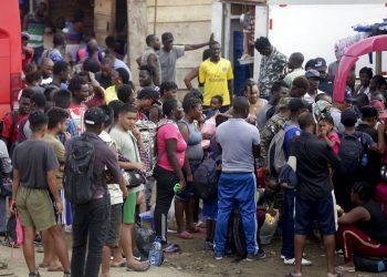 Un grupo de migrantes espera a un autobús que los lleve al norte en Peñitas, en la provincia de Darién, Panamá, el 10 de mayo de 2019. Foto: Arnulfo Franco / AP.