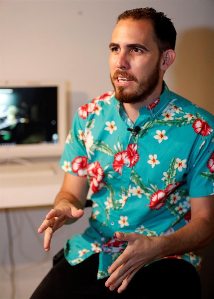 El artista Néstor Siré. Foto: Ernesto Mastrascusa/ EFE.