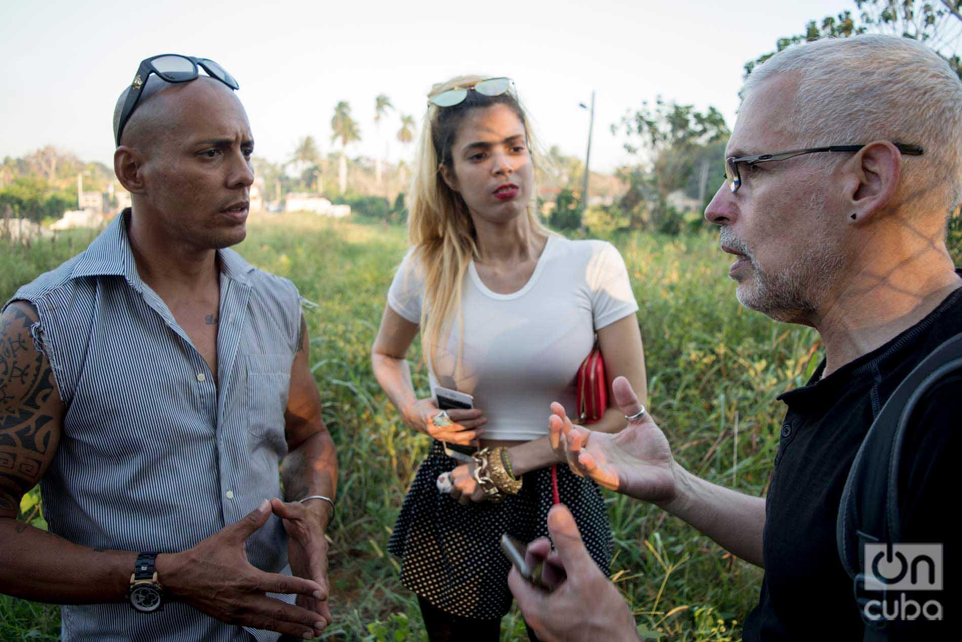 David Guggenheim (der), fundador y director de Ocean Doctor, junto a Ernesto y Venus. Foto: Otmaro Rodríguez.