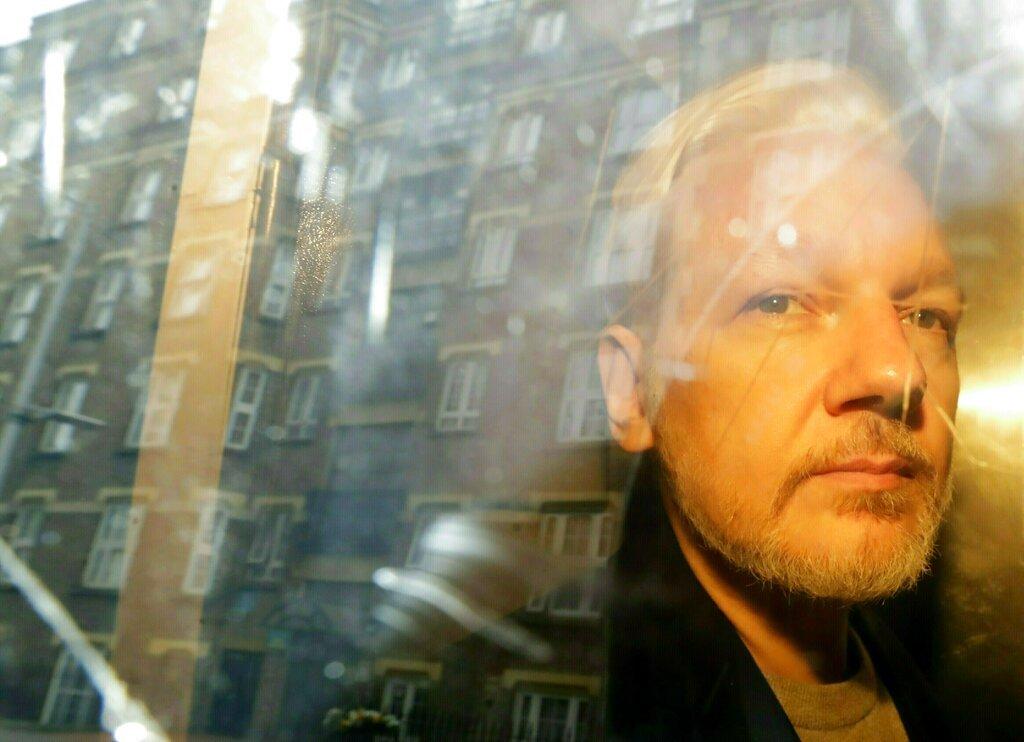 El fundador de WikiLeaks, Julian Assange, es trasladado desde el tribunal, donde compareció acusado de saltarse los términos de su fianza en Gran Bretaña hace siete años, en Londres,1ro de mayo de 2019. Foto: Matt Dunham / AP.