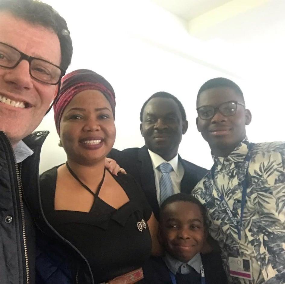 El periodista del NYT Nicholas Kristof junto a Tani y su familia.