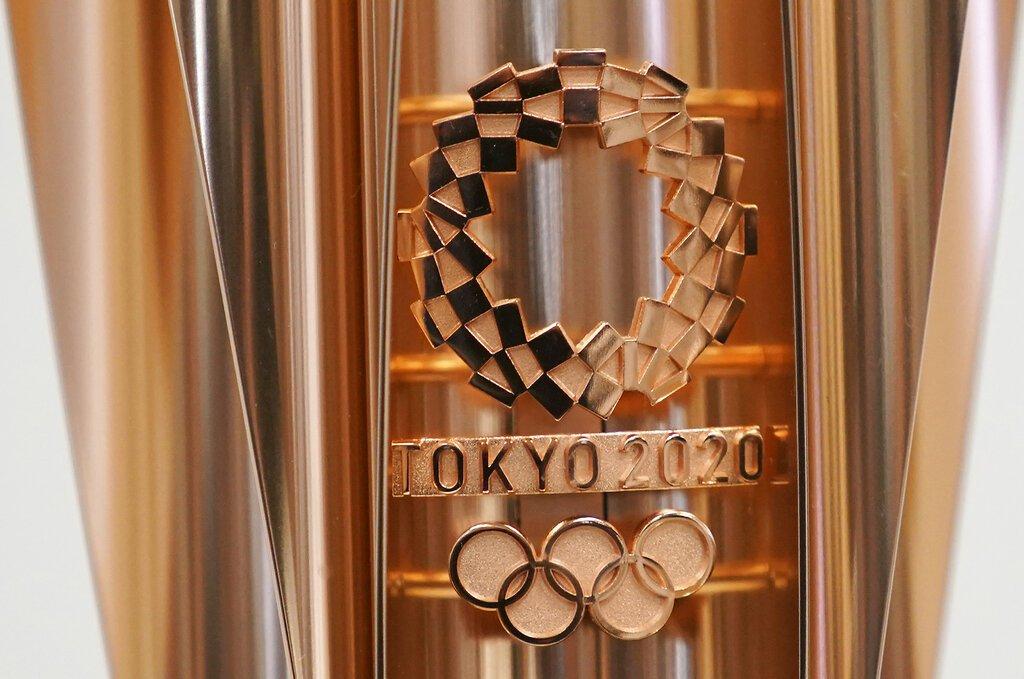 ARCHIVO - Foto de archivo, 20 de marzo de 2019, del emblema de la antorcha olimpica de los Juegos Olímpicos de Tokio 2020. (AP Foto/Eugene Hoshiko, File)