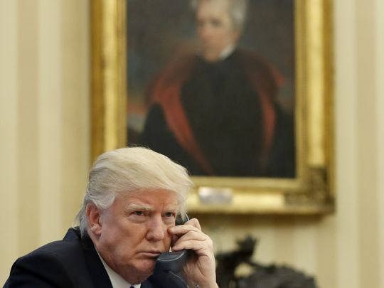 Trump habla por teléfono en la Oficina Oval el 28 de enero de 2017. Detrás, un cuadro de Andrew Jackson. Foto: Alex Brandon/AP.