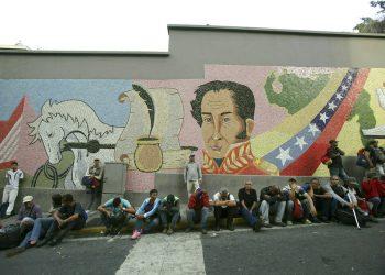 Partidarios del presidente de Venezuela, Nicolás Maduro, se reúnen para mostrarle su apoyo afuera del Palacio Presidencial de Miraflores junto a una imagen del héroe de la independencia venezolana Simón Bolívar, en Caracas, Venezuela, el miércoles 1ro de mayo de 2019. Foto: Boris Vergara / AP.