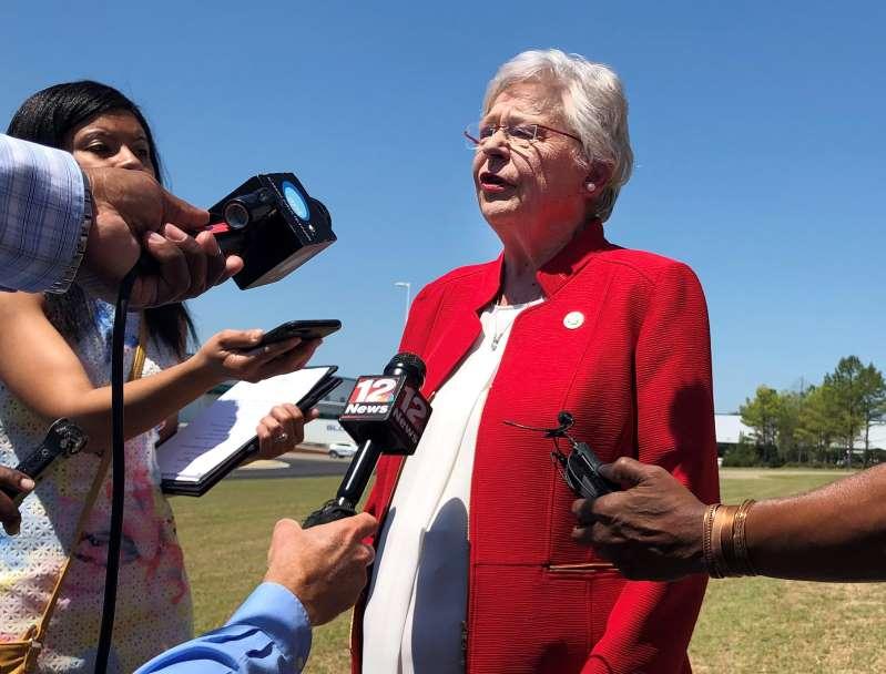 La gobernadora de Alabama, Kay Ivey, mientras visitaba una fábrica de automóviles en Montgomery, Alabama, el miércoles 15 de mayo de 2019.  Foto: Blake Paterson/ AP.