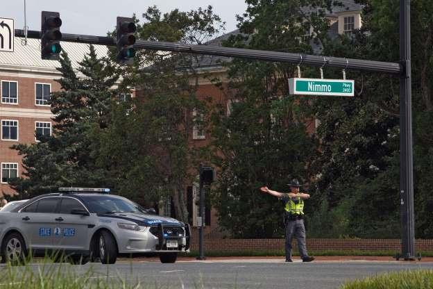 Un oficial de la policía desvía el tráfico desde la intersección de Princess Anne Road y Nimmo Parkway luego de un tiroteo en el Centro Municipal de Virginia Beach el viernes 31 de mayo de 2019. Foto: AP.