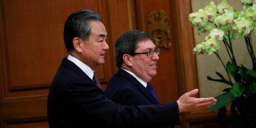El ministro chino de Exteriores, Wang Yi (i), recibe a su homólogo cubano, Bruno Rodriguez (d), en Beijing, el 29 de mayo de 2019. Foto: Florence Lo / Pool / EFE.
