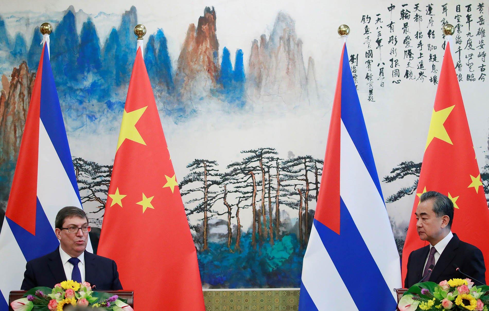 El ministro chino de Exteriores, Wang Yi (d), y su homólogo cubano, Bruno Rodriguez, tras su reunión en Beijing, el 29 de mayo de 2019. Foto: Florence Lo / Pool / EFE.