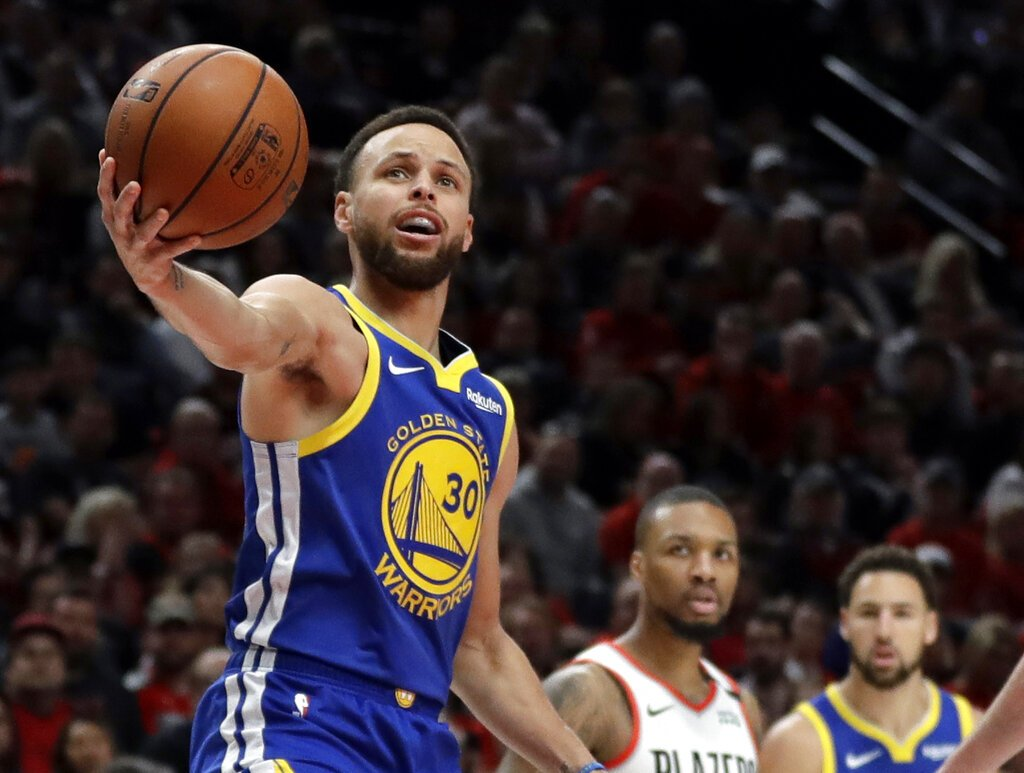 Stephen Curry, base de los Warriors de Golden State, sostiene el balón durante el cuarto partido de la final de la Conferencia del Oeste ante los Trail Blazers de Portland, el lunes 20 de mayo de 2019 Foto: Ted S. Warren / AP.