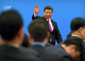 El presidente de China, Xi Jinping, saluda tras una conferencia de prensa en las afueras de Beijing. Foto: Mark Schiefelbein/AP.