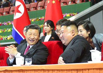 El líder norcoreano, Kim Jong Un (der), y el presidente chino, Xi Jinping (izq), durante una exhibición de gimnasia en un estadio en Pyongyang, Corea del Norte, el 20 de junio de 2019. Foto: Korean Central News Agency/Korea News Service vía AP.