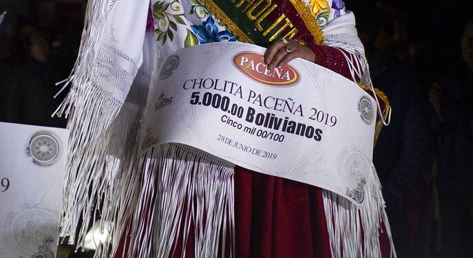Rosa Vásquez celebra tras ganar el certamen de belleza Cholita Paceña 2019, en La Paz, Bolivia, el viernes 28 de junio de 2019. (AP Foto/Juan Karita)