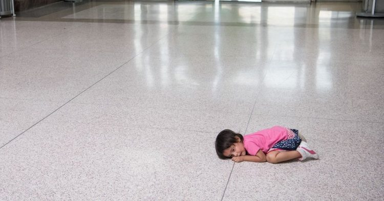 Una joven migrante a la espera en McAllen, Texas, el 11 de junio del 2019. Foto: Loren Elliott/Getty Images