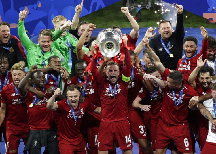 Los jugadores de Liverpool alzan el trofeo tras ganar la final de la Liga de Campeones ante Tottenham Hotspur en el estadio Wanda Metropolitano en Madrid, el sábado 1 de junio de 2019. Foto: Emilio Morenatti/AP.