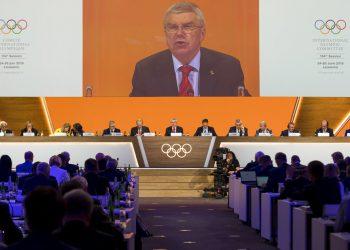 El presidente del Comité Olímpico Internacional, Thomas Bach, habla durante la reunión anual del organismo en Lausana, Suiza, el martes 25 de junio de 2019. (Jean-Christophe Bott/Keystone via AP)