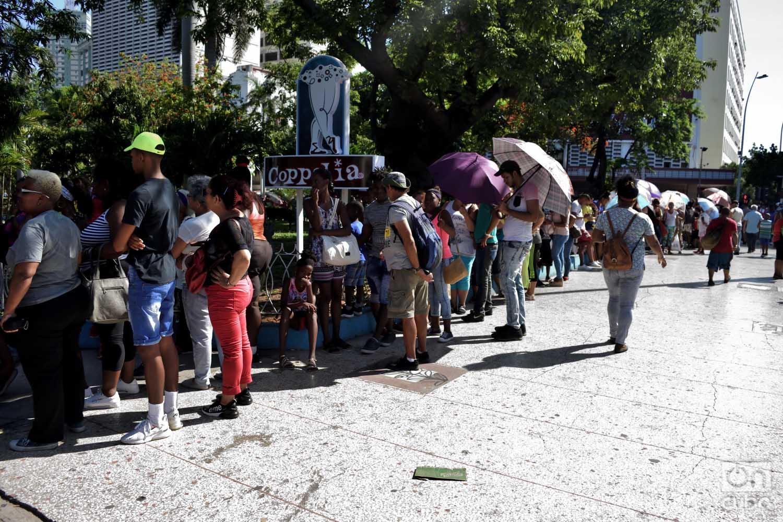 Personas esperan la reapertura de la heladería Coppelia en La Habana, el martes 25 de junio de 2019. Foto: Otmaro Rodríguez.