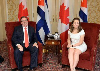 La ministra de Asuntos Exteriores de Canadá, Chrystia Freeland y su homólogo cubano, Bruno Rodríguez.