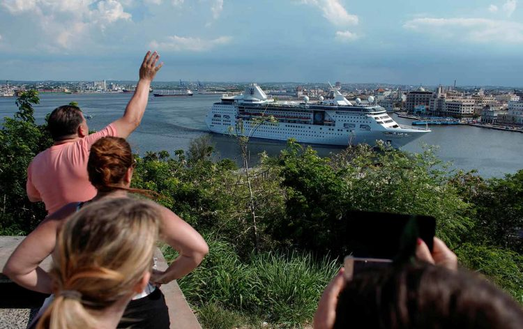 Habaneros despiden al último crucero el pasado 5 de junio. Foto: Reuters.