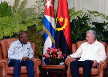 El presidente de Cuba, Miguel Díaz-Canel (d), conversa con el canciller de Angola, Manuel Domingos Augusto, el jueves 6 de junio de 2019 en La Habana. Foto: @DiazCanelB / Twitter.