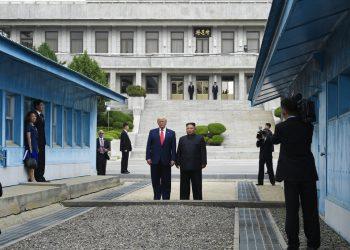 El presidente Donald Trump se reúne con el líder norcoreano Kim Jong Un en la zona desmilitarizada entre ambas Coreas, el domingo 30 de junio de 2019. (Foto AP/Susan Walsh)