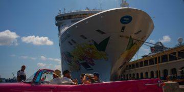 Turistas recién desembarcados del crucero Norwegian Sky, recorren la ciudad en un convertible estadounidense clásico en La Habana, el martes 4 de junio de 2019. Foto: Ramon Espinosa / AP/Archivo.