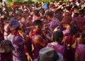 Participantes en la festividad de la Batalla del Vino, en el municipio de Haro, en el norte de España, el sábado 29 de junio de 2019. Foto: Alvaro Barrientos / AP.