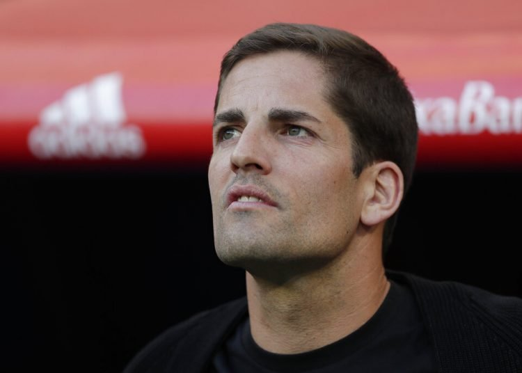 El técnico asistente de España Robert Moreno, espera por el inicio del partido de las eliminatorias de la Eurocopa 2020 entre la selección española y Suecia, en Madrid, el lunes 10 de junio de 2019. (AP Foto/Manu Fernandez)