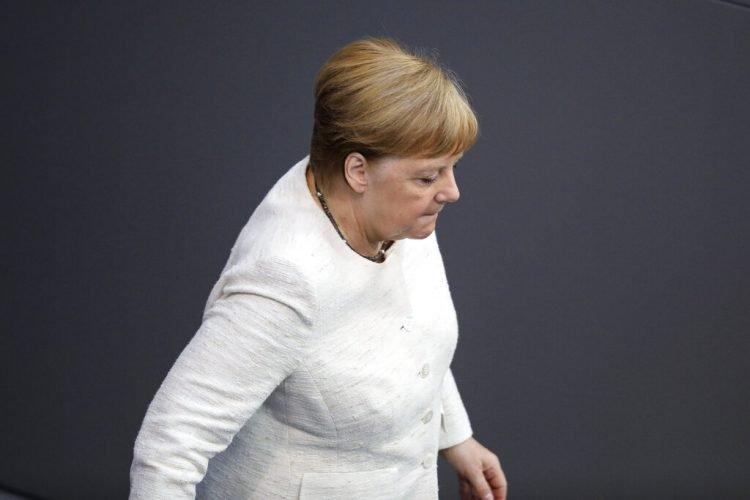 La canciller de Alemania, Angela Merkel, abandona su escaño tras la toma de posesión de la nueva ministra de Justicia, Christine Lambrecht, en el parlamento, el Bundestag, en Berlín, el 27 de junio de 2019. Foto: Markus Schreiber / AP.
