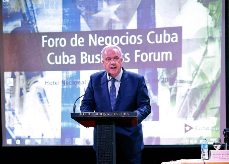 El comisario de Cooperación Internacional y Desarrollo de la Unión Europea (UE), Neven Mimica, participa en un Foro de Negocios sobre Inversión Extranjera en Cuba, el viernes 21 de junio de 2019 en La Habana. Foto: Ernesto Mastrascusa / EFE.