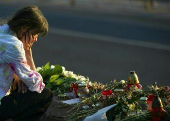 Una mujer visita un altar improvisado con ofrendas florales en el Puente Margaret, donde naufragó un barco en Budapest, Hungría, el sábado 8 de junio de 2019. Foto: Balazs Mohai/MTI via AP.