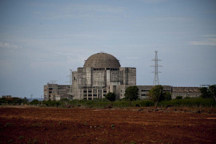 Obras sin terminar de la Central Electronuclear de Juraguá en Cienfuegos. Foto: Fernando Medina/Cachivache Media.