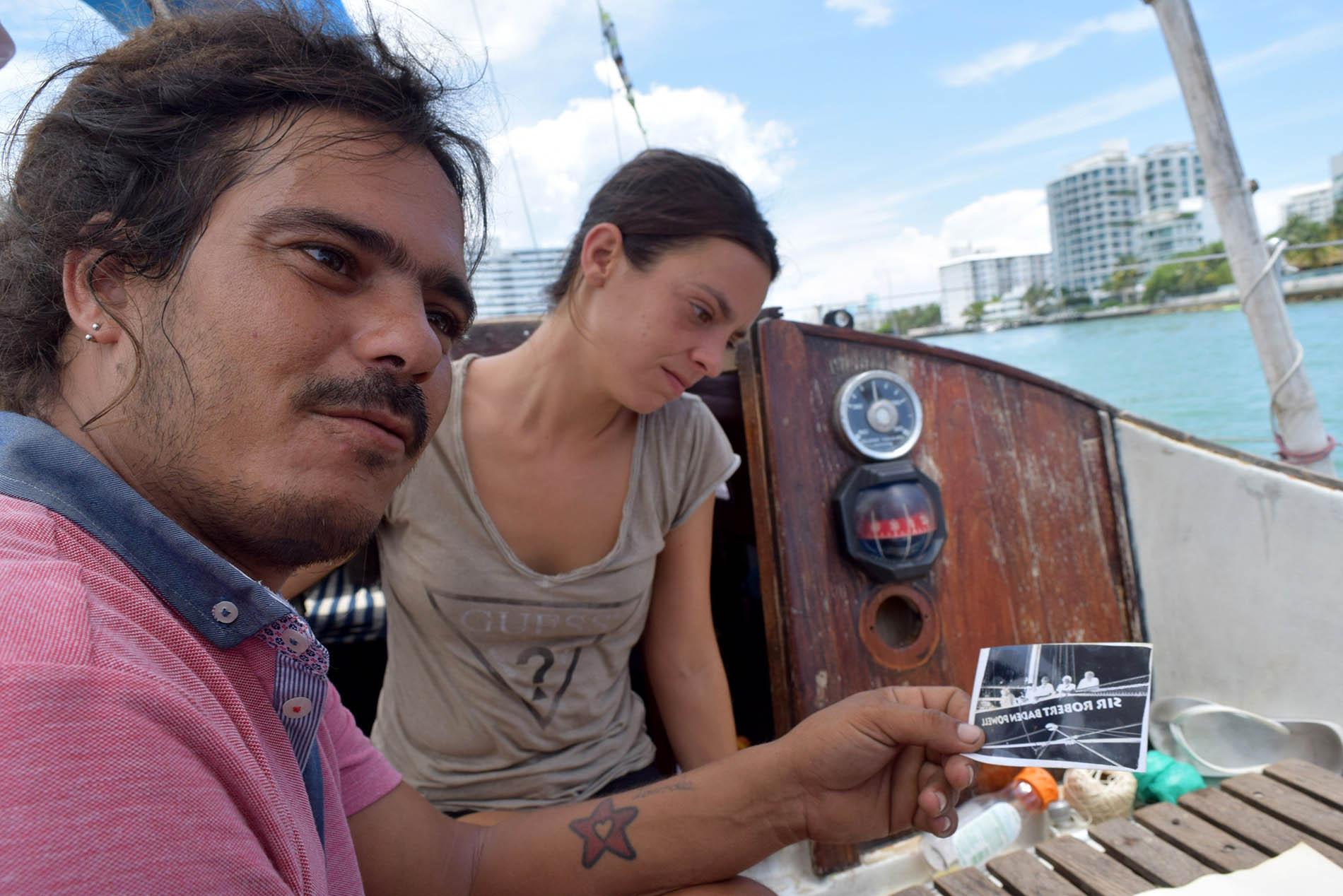 El cubano David Berenguer y su novia, la española Lara Gandía, a bordo de su velero Lourdes-Emyca. Foto: Jorge Ignacio Pérez / EFE.