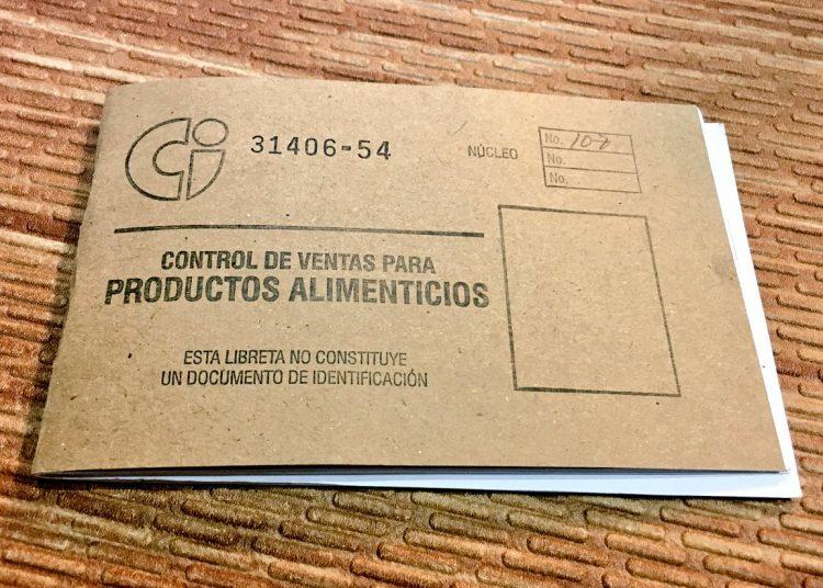 """Cartilla de productos racionados de Cuba, conocida como """"libreta de abastecimiento"""". Foto: @SashaEats / Twitter."""