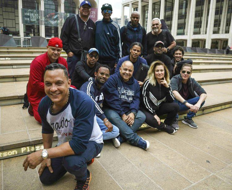 Miembros de la banda Los Van Van, con el líder de la agrupación Samuel Formell, al frente, posan en el Lincoln Center de Nueva York el martes 25 de junio de 2019. Foto: Bebeto Matthews / AP.
