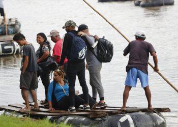 Migrantes cubanos desembarcan en el lado mexicano del río Suchiate en la frontera con Guatemala, luego de cruzar en una balsa cerca de Ciudad Hidalgo, México, el martes 11 de junio de 2019. Foto: AP /Marco Ugarte/Archivo.
