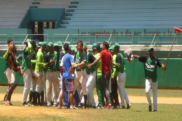 Los cienfuegueros celebran su pase a la final del torneo cubano sub 23. Foto: Darilys Reyes / 5 de Septiembre.