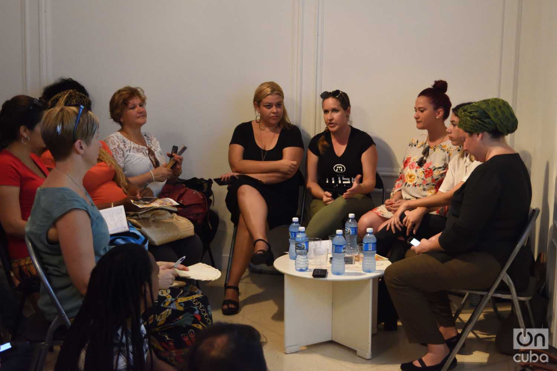 La musicóloga Gretel Garlobo (4-d), del proyecto MSK, habla en un panel sobre marketing digital en el evento AM-PM, en la Fundación Ludwig de Cuba, en La Habana, el 19 de marzo de 2019. Foto: Otmaro Rodríguez.