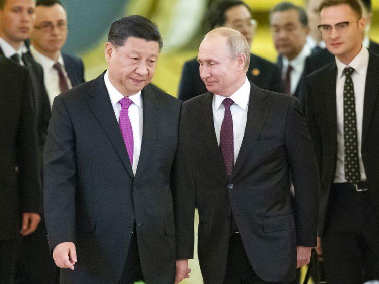 El presidente ruso Vladimir Putin, derecha, y su homólogo chino Xi Jinping, izquierda, entran a un salón del Kremlin para conversaciones, el miércoles 5 de junio del 2019 en Moscú. Foto: Alexander Zemlianichenko / Pool / AP.