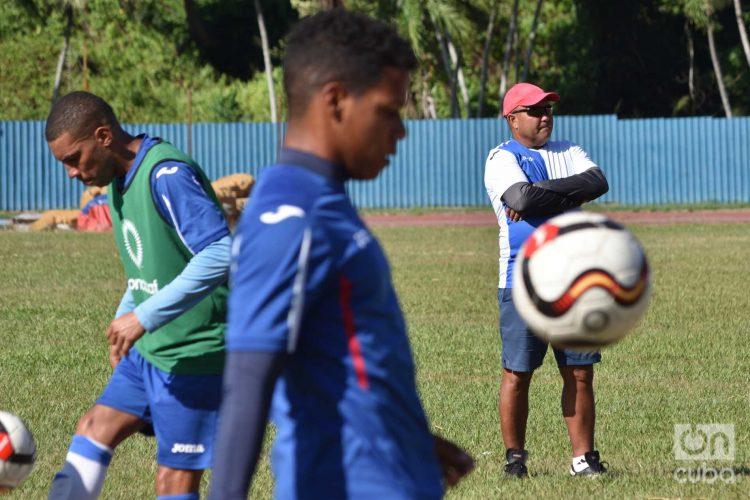 Entrenamiento de la selección cubana de fútbol para la Copa de Oro 2019. Detrás, el técnico Raúl Mederos. Foto: Otmaro Rodríguez.