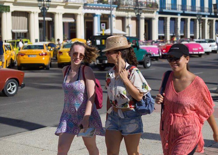 Turistas caminan este miércoles por una de las calles de La Habana. Foto: Yander Zamora / EFE.