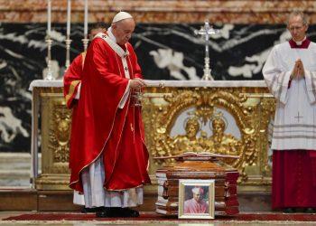 El papa Francisco bendice el ataúd durante el funeral del cardenal Leon Kalenga Badikebele, nuncio apostólico en Argentina, en la Basílica de San Pedro del Vaticano, el sábado 15 de junio de 2019. (AP Foto/Gregorio Borgia)